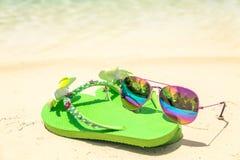 Tropikalnego urlopowego conceptâ€' zieleń okulary przeciwsłoneczni na a i klapy Zdjęcie Stock