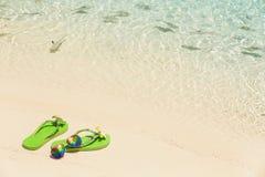 Tropikalnego urlopowego conceptâ€' zieleni klapy na piaskowatym oceanie byli Obraz Stock