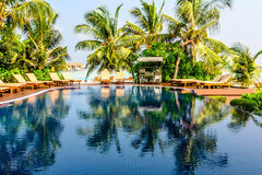 Tropikalnej miejscowości nadmorskiej pływacki basen w Maldives Fotografia Royalty Free