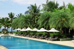 Tropikalnej miejscowości nadmorskiej hotelowy pływacki basen Zdjęcia Stock