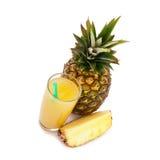 Tropikalnej owoc ananas, szklany sok na białym tle Fotografia Stock
