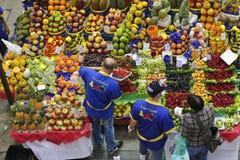 Tropikalnej owoc pudełka przy Sao Paulo rynkiem Obrazy Stock