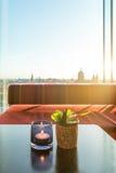 Tropikalnej owoc smoka owocowy koktajl na stole w dachu barze Fotografia Stock