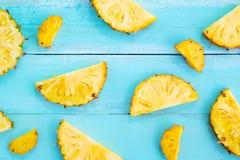Tropikalni ananasowi plasterki na drewnianej deski błękitnym kolorze Obraz Royalty Free