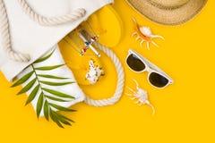 Tropikalni plażowi akcesoria na żółtym tle Lato podróży wakacje pojęcie fotografia royalty free