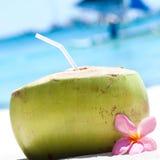 Tropikalny świeży koktajl na biel plaży Fotografia Stock
