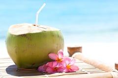 Tropikalny świeży koktajl na biel plaży Zdjęcia Royalty Free