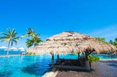Tropikalny basen i bar obok morza obrazy stock