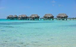 Tropikalny bungalowu overwater w turkus wodzie Fotografia Stock