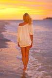 tropikalny dama atrakcyjny plażowy zmierzch obraz stock