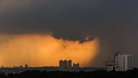 Tropikalny deszcz i silny wiatr w mieście Fotografia Royalty Free