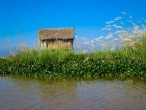 Tropikalny dom wzdłuż pokojowego jeziora fotografia stock
