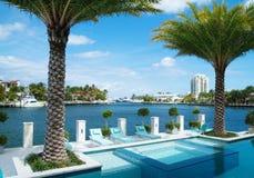 Tropikalny ekskluzywny basen i widok Intracoastal Obraz Royalty Free