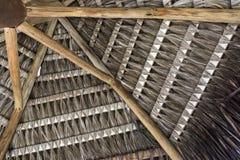 Tropikalny handmade kokosowej palmy poszycia dach dla plażowego kioska w lecie fotografia royalty free
