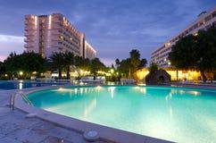 Tropikalny hotel w wieczór scenerii Obrazy Stock