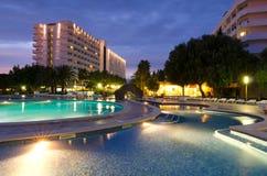 Tropikalny hotel w wieczór scenerii Zdjęcia Stock