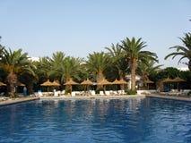 Tropikalny hotelowy pływacki basen Fotografia Stock