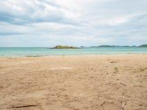 Tropikalny Idylliczny oceanu niebieskie niebo i piękna plaża w urlopowym czasie zdjęcia royalty free