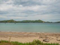 Tropikalny Idylliczny oceanu niebieskie niebo i piękna plaża w urlopowym czasie fotografia royalty free