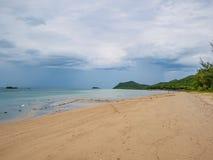 Tropikalny Idylliczny oceanu niebieskie niebo i piękna plaża w urlopowym czasie zdjęcie stock