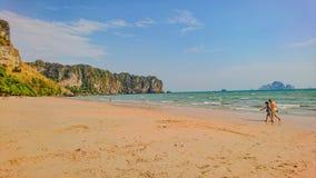 Tropikalny Idylliczny oceanu niebieskie niebo i piękna plaża w urlopowym czasie obrazy royalty free