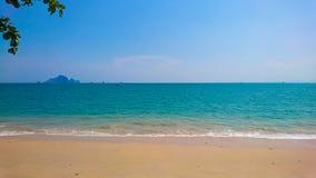 Tropikalny Idylliczny oceanu niebieskie niebo i piękna plaża w wakacje obraz stock