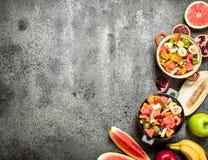 Tropikalny jedzenie Świeża tropikalna owocowa sałatka w pucharach Fotografia Royalty Free