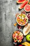 Tropikalny jedzenie Świeża tropikalna owocowa sałatka w pucharach Zdjęcie Stock