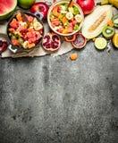 Tropikalny jedzenie Świeża tropikalna owocowa sałatka w pucharach Obraz Royalty Free
