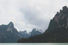 Tropikalny jezioro z góry i falezy widokami fotografia royalty free
