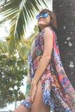 Tropikalny kobieta wakacje pojęcie Młoda kobieta i palma bali piękny Indonesia wyspy kuta mężczyzna bieg kształta zmierzchu miast Fotografia Royalty Free