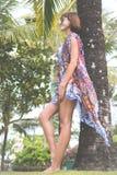 Tropikalny kobieta wakacje pojęcie Młoda kobieta i palma bali piękny Indonesia wyspy kuta mężczyzna bieg kształta zmierzchu miast Zdjęcie Stock