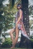 Tropikalny kobieta wakacje pojęcie Młoda kobieta i palma bali piękny Indonesia wyspy kuta mężczyzna bieg kształta zmierzchu miast fotografia stock