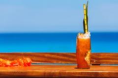 Tropikalny koktajl na stole przy plażą Obrazy Royalty Free