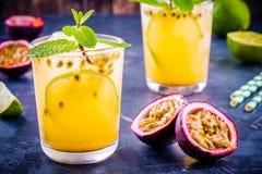 Tropikalny koktajl z pasyjną owoc, wapnem i mennicą, Zdjęcia Royalty Free