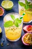 Tropikalny koktajl z pasyjną owoc, wapnem i mennicą, Zdjęcie Royalty Free