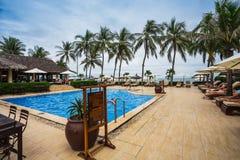 Tropikalny kurortu basen z holów krzesłami Obrazy Stock