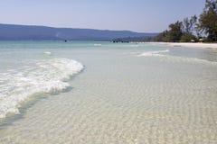 Tropikalny morze krajobraz z turkusową błękitne wody i biały piasek wyrzucać na brzeg Pokojowy krajobraz egzotyczny raj zdjęcia royalty free