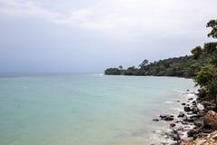 Tropikalny morze krajobraz z turkusowym błękitne wody i kamienia brzeg Pokojowy krajobraz egzotyczny raj zdjęcia stock