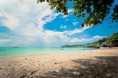 Tropikalny morze pod niebieskim niebem Fotografia Royalty Free