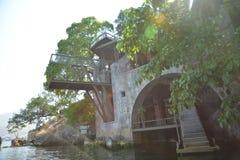 Tropikalny nowożytny budynek otaczający roślinami Zdjęcie Royalty Free