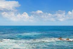 Tropikalny ocean i niebieskie niebo Zdjęcia Stock