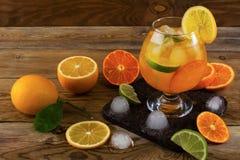Tropikalny owocowy koktajl z lodem na drewnianym stole Obraz Royalty Free