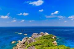 Tropikalny piaskowatej pla?y i bujny zielony ulistnienie na tropikalnej wyspie, Similan wyspy Tajlandia fotografia stock