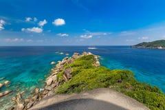 Tropikalny piaskowatej pla?y i bujny zielony ulistnienie na tropikalnej wyspie, Similan wyspy Tajlandia fotografia royalty free