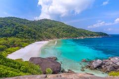 Tropikalny piaskowatej pla?y i bujny zielony ulistnienie na tropikalnej wyspie, Similan wyspy Tajlandia obraz stock
