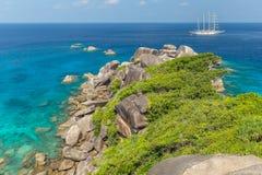 Tropikalny piaskowatej pla?y i bujny zielony ulistnienie na tropikalnej wyspie, Similan wyspy Tajlandia zdjęcia stock