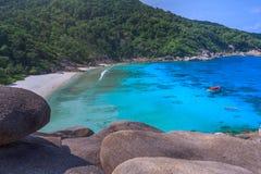 Tropikalny piaskowatej pla?y i bujny zielony ulistnienie na tropikalnej wyspie, Similan wyspy Tajlandia zdjęcia royalty free