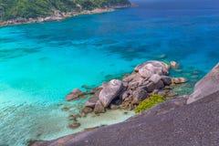 Tropikalny piaskowatej pla?y i bujny zielony ulistnienie na tropikalnej wyspie, Similan wyspy Tajlandia zdjęcie stock