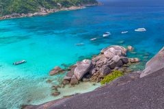 Tropikalny piaskowatej pla?y i bujny zielony ulistnienie na tropikalnej wyspie, Similan wyspy Tajlandia obrazy royalty free